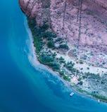 Fotografia aerea e zattere e fuochi di accampamento lungo il fiume Colorado fotografia stock libera da diritti