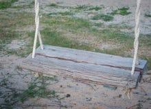 Fotografia alta di fine del sedile dell'oscillazione con il fondo della sabbia Fotografia Stock Libera da Diritti