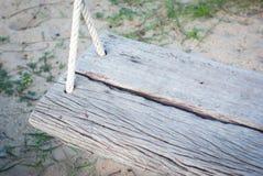 Fotografia alta di fine del sedile dell'oscillazione con il fondo della sabbia Immagine Stock