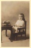 Fotografia antiga de um bebé. fotografia de stock royalty free