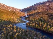 Fotografia Błyskawiczna Oszałamiająco siklawa w Husedalen dolinie, Norwegia widok z lotu ptaka młodzi dorośli Fotografia Stock