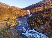 Fotografia Błyskawiczna Oszałamiająco siklawa w Husedalen dolinie, Norwegia widok z lotu ptaka młodzi dorośli Fotografia Royalty Free