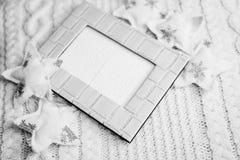 Fotografia in bianco e nero del telaio e delle stelle decorative sullo spazio artistico della copia del fondo Fotografia Stock