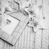 Fotografia in bianco e nero del telaio e delle stelle decorative sullo spazio artistico della copia del fondo Immagine Stock