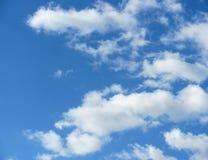 Fotografia biel chmurnieje na niebieskim niebie Obraz Royalty Free