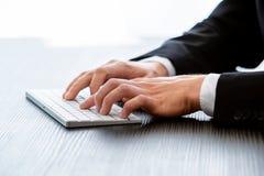 Fotografia biznesmena pisać na maszynie wiadomość, ręki klawiaturowe Zamazany tło - wizerunek zdjęcia stock