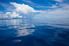 Fotografia Błękitny morze i Tropikalne niebo chmury seascape Słońce nad wodą, wschód słońca horyzontalny Nikt Obrazuje ocean Zdjęcie Stock
