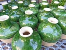 Fotografia brać w lecie Zielony ceramiczny round mały waza stojak dalej obrazy royalty free