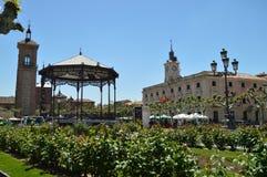 Fotografia Cervantes kwadrat, miejsce narodzin Miguel De Cervantes Dokąd Możemy Widzieć kościół, urząd miasta I orkiestry strefę  zdjęcia stock
