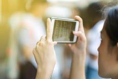 Fotografia com um telefone celular fotos de stock