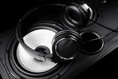 Fotografia czarni hełmofony na muzycznym audio mówcy Zakończenie Zdjęcie Royalty Free