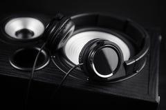 Fotografia czarni hełmofony na muzycznym audio mówcy Zakończenie Zdjęcia Stock