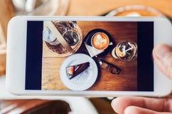 Fotografia czekoladowy tort, cappucino, eyeglass, podprawa i peac, obraz royalty free
