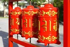 Fotografia Czerwona modlitwa bębni w Buddyjskiej świątyni przy dnia czasem zdjęcie royalty free