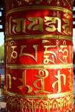 Fotografia Czerwona modlitwa bębni w Buddyjskiej świątyni przy dnia czasem zdjęcie stock