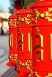 Fotografia Czerwona modlitwa bębni w Buddyjskiej świątyni przy dnia czasem obraz royalty free