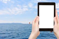 Fotografia czerwony jacht w błękitnym Adriatyckim morzu, Chorwacja Zdjęcia Royalty Free