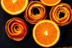 Fotografia da arte Um mandarino ? servido em uma pedra escura com uma decora??o de um citrino da casca fotos de stock