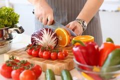 Fotografia da cozinha do fruto de Chop Juicy Orange do cozinheiro chefe imagem de stock royalty free