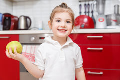 Fotografia da criança com maçã fotografia de stock