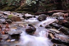 Fotografia da natureza da velocidade do obturador lenta Riverscape ou Waterscape nas montanhas de Smokies imagens de stock royalty free