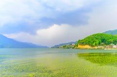 Fotografia da nuvem, do lago, da montanha e da reflexão perto do lago Pokhara em Kathmandu Nepal Pressão no retrato, paisagem, te fotografia de stock royalty free