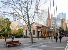 Fotografia da rua no quadrado do ` s da rainha, na frente de St James Church com a vista da árvore do inverno foto de stock