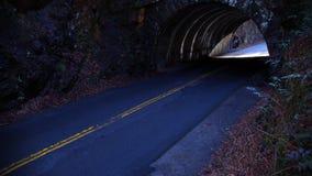 Fotografia da rua da perspectiva de um túnel vazio do longo caminho foto de stock
