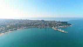 Fotografia da vista aérea sobre o porto marítimo e a cidade em um dia ensolarado, seascape bonito video estoque