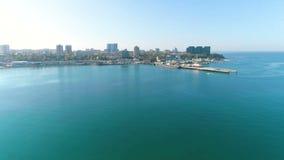 Fotografia da vista aérea sobre o porto marítimo e o sity em um dia ensolarado, sesascape bonito vídeos de arquivo