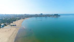 Fotografia da vista aérea sobre o porto marítimo, a praia da areia e o sity em um dia ensolarado, sesascape bonito video estoque