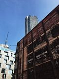 Fotografia de construção nova e velha imagens de stock