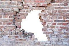 Fotografia de uma parede de tijolo velha porosa quebrada com furo após o acidente imagens de stock