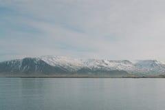 Fotografia del paesaggio dell'Islanda Montagne di Snowy nei precedenti Immagine sparata vicino a Reykjavik Fotografie Stock