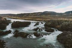Fotografia del paesaggio di stordimento Islanda Facendo un'escursione verso una cascata Dai fiordi ghiacciati alle montagne nevos Fotografia Stock