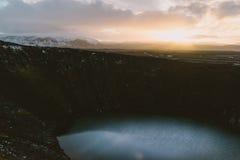 Fotografia del paesaggio di stordimento Islanda Facendo un'escursione a Vulcano Kerid Dai fiordi ghiacciati alle montagne nevose  Fotografie Stock