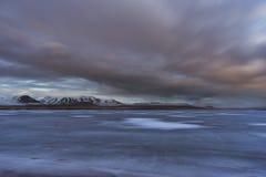 Fotografia del paesaggio di stordimento Islanda Immagine del lago ghiacciato con il tramonto Dai fiordi ghiacciati alle montagne  Fotografia Stock Libera da Diritti