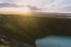 Fotografia del paesaggio di stordimento Islanda Immagine del vilcano Kerid con il tramonto Dai fiordi ghiacciati alle montagne ne Fotografie Stock