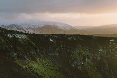 Fotografia del paesaggio di stordimento Islanda Immagine del vulcano Kerid con il tramonto Dai fiordi ghiacciati alle montagne ne Fotografia Stock