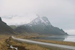 Fotografia del paesaggio di stordimento Islanda Viaggiando dai fiordi ghiacciati alle montagne nevose per ghiacciare le lagune Fotografia Stock