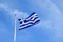 Fotografia della bandiera nazionale e del cielo blu della Grecia Immagine Stock