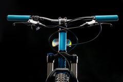 Fotografia della bicicletta della montagna in studio, attenuante le parti della struttura della bici, la barra della maniglia ed  immagini stock libere da diritti
