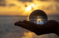 Fotografia della sfera di cristallo - spiaggia di tramonto fotografia stock libera da diritti
