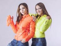 Fotografia dello studio delle donne dei modelli di modo due bella Immagine Stock Libera da Diritti