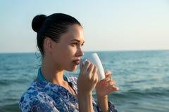 Fotografia di bella donna castana con la tazza bianca con tè Immagini Stock