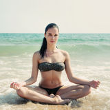 Fotografia di bella donna che si rilassa e che medita su bea Fotografia Stock