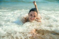 Fotografia di bello modello che si rilassa su una spiaggia nelle onde Fotografia Stock Libera da Diritti