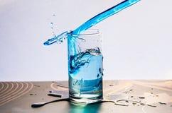 Fotografia di congelamento della spruzzata dell'acqua blu Fotografia Stock Libera da Diritti