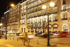 Fotografia di notte dell'hotel grande Atene Grecia della Bretagna con le luci decorative di Natale Fotografia Stock Libera da Diritti