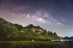 Fotografia di notte della Via Lattea e della montagna, Tailandia Immagine Stock Libera da Diritti